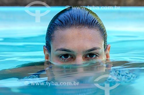 Detalhe de rosto de jovem mulher em piscina  - Guarani - Minas Gerais (MG) - Brasil