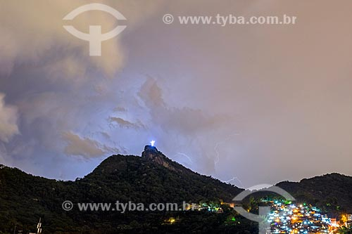 Vista do anoitecer no Cristo Redentor com a Favela do Cerro Corá à direita  - Rio de Janeiro - Rio de Janeiro (RJ) - Brasil
