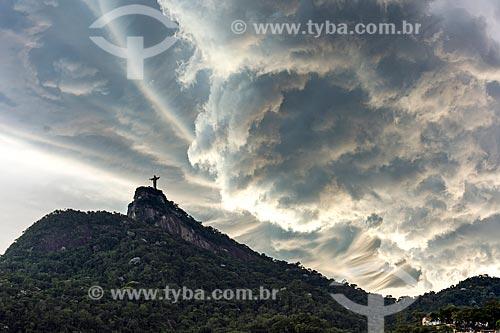 Vista do Cristo Redentor a partir do bairro de Cosme Velho durante o pôr do sol  - Rio de Janeiro - Rio de Janeiro (RJ) - Brasil