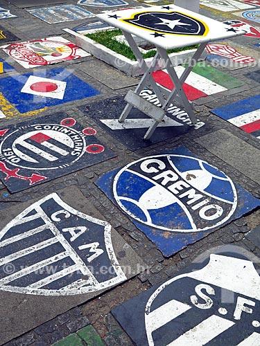 Bar na Ruas das Pedras com o escudos do times desenhos no chão  - Armação dos Búzios - Rio de Janeiro (RJ) - Brasil