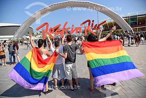 Letreiro com os dizeres: Rock In Rio na entrada do Rock in Rio 2017 - Parque Olímpico Rio 2016 - com público carregando a bandeira do orgulho LGBT  - Rio de Janeiro - Rio de Janeiro (RJ) - Brasil