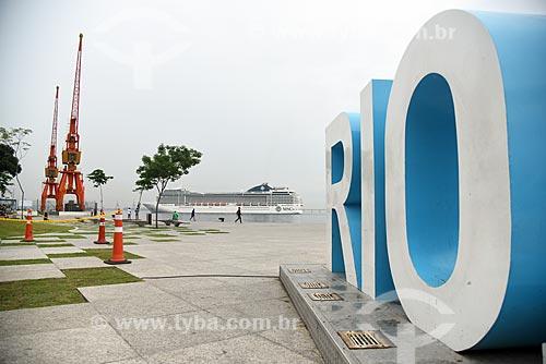 Letreiro com os dizeres: Rio - com o Píer Mauá ao fundo  - Rio de Janeiro - Rio de Janeiro (RJ) - Brasil