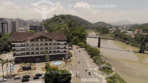 Foto feita com drone da sede da Prefeitura da cidade de Blumenau (1982) com a Ponte de Ferro (Ponte Aldo Pereira de Andrade)  - Blumenau - Santa Catarina (SC) - Brasil