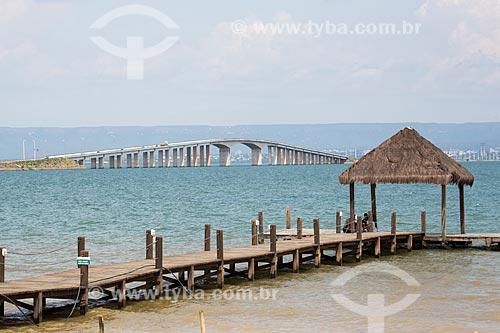 Vista de cais na Praia de Luzimangues com Ponte Fernando Henrique Cardoso (2002) - também conhecida como Ponte da Amizade e da Integração - ao fundo  - Palmas - Tocantins (TO) - Brasil