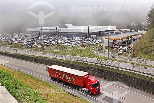 Caminhão da Cervejaria Itaipava na Rodovia Washington Luís (BR-040) com o Terminal Governador Leonel Brizola ao fundo  - Petrópolis - Rio de Janeiro (RJ) - Brasil