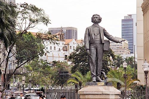 Estátua do Maestro Carlos Gomes (1960) na Cinelândia com a Igreja e Convento de Santo Antônio do Rio de Janeiro ao fundo  - Rio de Janeiro - Rio de Janeiro (RJ) - Brasil