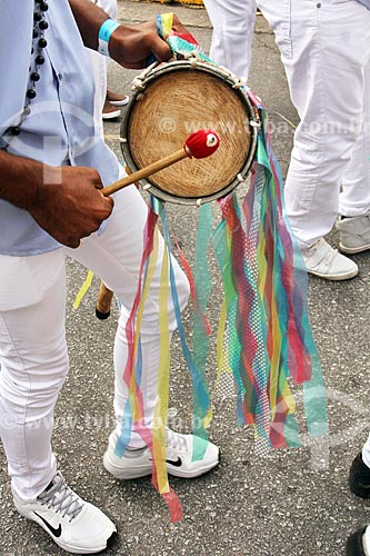 Detalhe de membro de congada tocando tambor durante a festa de São Benedito  - Aparecida - São Paulo (SP) - Brasil