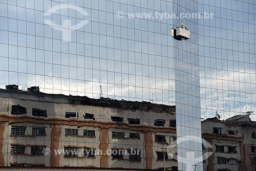 Reflexo de prédio na fachada da sede da Bolsa de Valores do Rio de Janeiro (BVRJ) com homens limpando vidros  - Rio de Janeiro - Rio de Janeiro (RJ) - Brasil