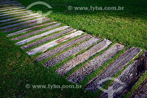 Degraus feitos com dormentes em jardim  - Campos do Jordão - São Paulo (SP) - Brasil