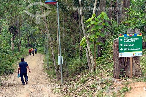 Pessoas caminhando em trilha no Parque Ecológico Gruta Santa Luzia  - Mauá - São Paulo (SP) - Brasil