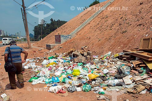 Lixo descartado ilegalmente aos pés de contenção de encosta  - Mauá - São Paulo (SP) - Brasil