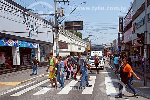 Pedestres atravessando na faixa de pedestre na Avenida Barão de Mauá  - Mauá - São Paulo (SP) - Brasil