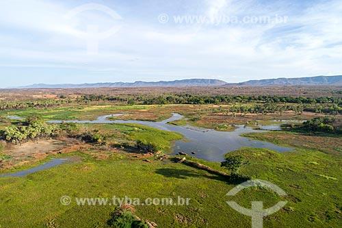 Foto feita com drone do Rio Santo Antônio com a Serra do Carnoió ao fundo  - Cajazeiras - Paraíba (PB) - Brasil