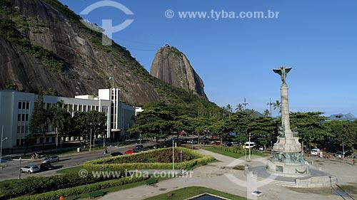 Foto feita com drone do Monumento aos Heróis da Batalha de Laguna e Dourados na Praça General Tibúrcio com o Pão de Açúcar ao fundo  - Rio de Janeiro - Rio de Janeiro (RJ) - Brasil