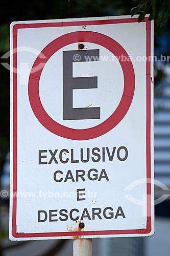 Detalhe de placa de trânsito indicando área exclusiva de carga e descarga  - Palmas - Tocantins (TO) - Brasil