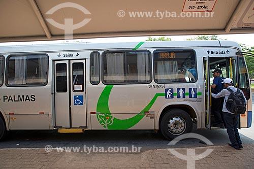 Passageiros embarcando em ônibus na Estação Apinajé - Quadra 101 Norte  - Palmas - Tocantins (TO) - Brasil