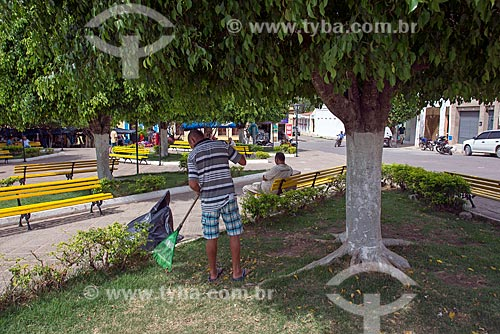 Gari limpando o centro da cidade de Santana do Cariri  - Santana do Cariri - Ceará (CE) - Brasil