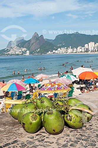 Côco no calçadão da Praia do Arpoador com a Pedra da Gávea  - Rio de Janeiro - Rio de Janeiro (RJ) - Brasil