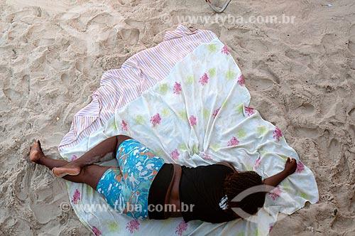 Mulher dormindo na Praia do Arpoador  - Rio de Janeiro - Rio de Janeiro (RJ) - Brasil