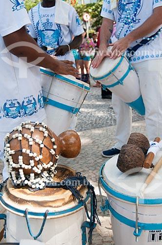 Detalhe de xequerê - à esquerda - e agogô - à direita - durante a concentração do bloco de carnaval de rua Afoxé Ilê Alá na Avenida Atlântica  - Rio de Janeiro - Rio de Janeiro (RJ) - Brasil