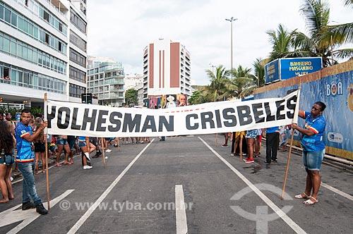 Faixa com os dizeres: Yolhesman Crisbeles - lema do bloco de carnaval de rua Banda de Ipanema - durante o desfile  - Rio de Janeiro - Rio de Janeiro (RJ) - Brasil