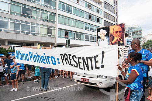 Faixa com os dizeres: Albino Pinheiro Presente - fundador do bloco de carnaval de rua Banda de Ipanema - durante o desfile do bloco de carnaval de rua Banda de Ipanema  - Rio de Janeiro - Rio de Janeiro (RJ) - Brasil