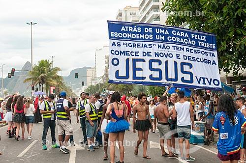 Faixa com mensagem religiosa na Avenida Vieira Souto durante o desfile do bloco de carnaval de rua Banda de Ipanema  - Rio de Janeiro - Rio de Janeiro (RJ) - Brasil
