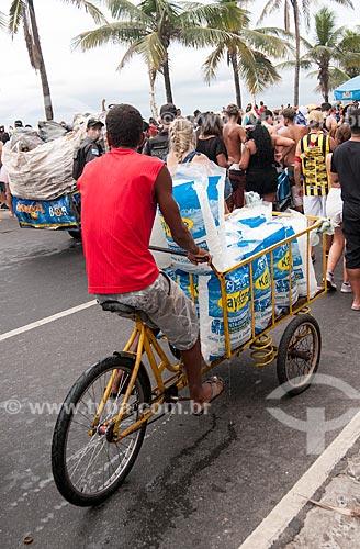 Entregador de gelo na Avenida Vieira Souto durante o desfile do bloco de carnaval de rua Banda de Ipanema  - Rio de Janeiro - Rio de Janeiro (RJ) - Brasil