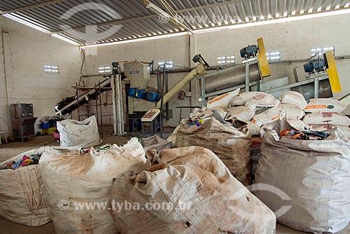 Máquina trituradora de plásticos em usina de reciclagem  - Crato - Ceará (CE) - Brasil