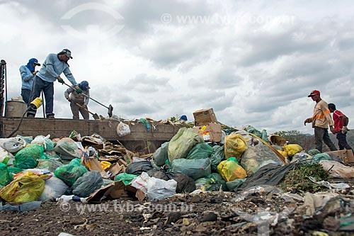 Descarregamento de caminhão de lixo no lixão na cidade de Barbalha  - Barbalha - Ceará (CE) - Brasil