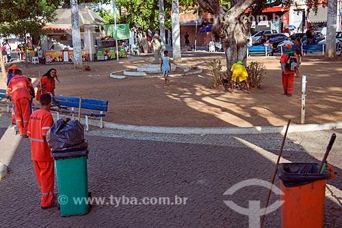 Gari limpando a Praça Padre Cícero  - Juazeiro do Norte - Ceará (CE) - Brasil