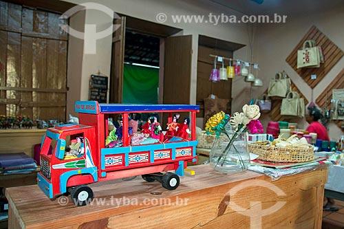 Detalhe de carrinho pau-de-arara à venda em loja de artesanato típico da Região do Cariri  - Juazeiro do Norte - Ceará (CE) - Brasil