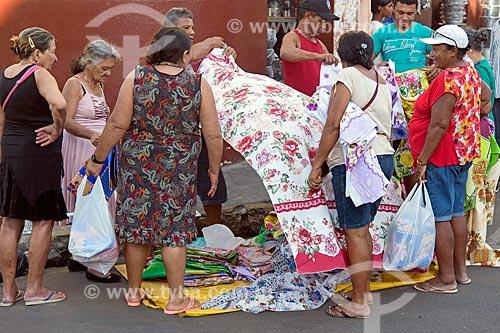 Vendedor ambulante de tecidos e toalhas mostrando sua mercadoria  - Juazeiro do Norte - Ceará (CE) - Brasil