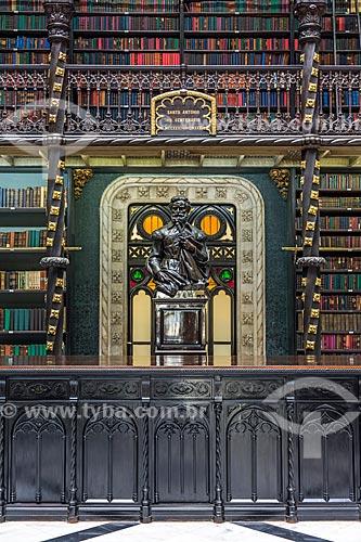 Estátua no interior do Real Gabinete Português de Leitura (1887)  - Rio de Janeiro - Rio de Janeiro (RJ) - Brasil