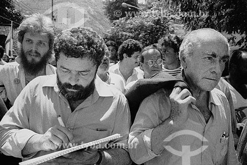 Vista de Luiz Inácio Lula da Silva e Leonel Brizola durante o sepultamento de Luís Carlos Prestes  - Rio de Janeiro - Rio de Janeiro (RJ) - Brasil