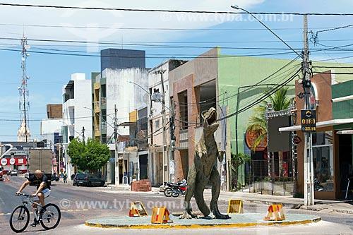 Rotatória com réplica de dinossauro no centro da cidade de Sousa  - Sousa - Paraíba (PB) - Brasil
