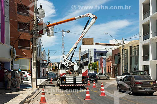 Funcionários do Grupo Energisa - concessionária de serviços de transmissão de energia - fazendo a manutenção da rede elétrica  - Sousa - Paraíba (PB) - Brasil
