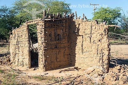 Casa de pau-a-pique da aldeia da Tribo Truka demolida  - Cabrobó - Pernambuco (PE) - Brasil