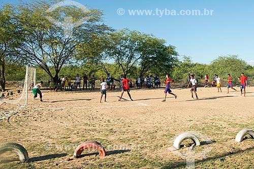 Alunos da Comunidade Camaleão na aldeia da Tribo Truká jogando futebol depois da aula  - Cabrobó - Pernambuco (PE) - Brasil