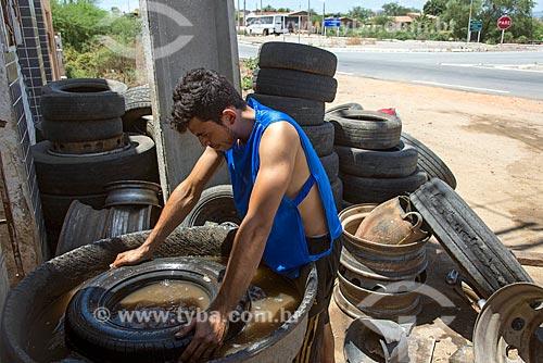 Borracheiro procurando furo em pneu de carro  - Floresta - Pernambuco (PE) - Brasil