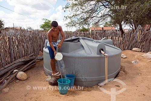 Jovem da aldeia Travessão do Ouro da Tribo Pipipãs pegando água em cisterna  - Floresta - Pernambuco (PE) - Brasil