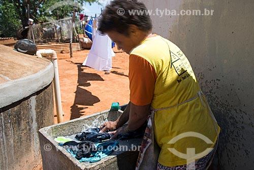 Mulher lavando roupas  - Santa Cruz da Baixa Verde - Pernambuco (PE) - Brasil