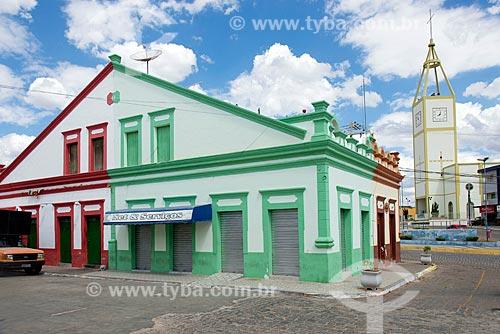 Antigos casarios comerciais no centro da cidade com a Paróquia de Nossa Senhora do Bom Conselho ao fundo  - Princesa Isabel - Paraíba (PB) - Brasil