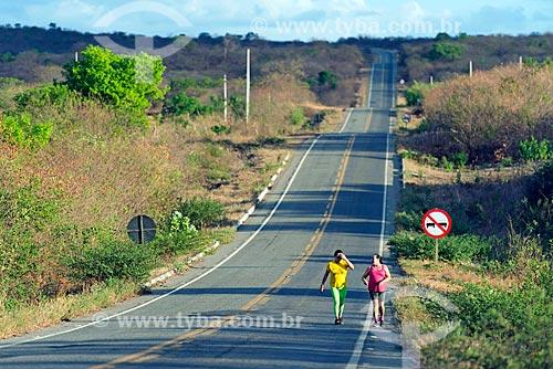 Pedestres no acostamento da Rodovia CE-384  - Mauriti - Ceará (CE) - Brasil