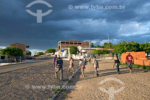 Pedestres andando próximo à Rodovia CE-384  - Mauriti - Ceará (CE) - Brasil
