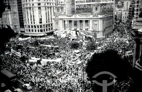 Comício da campanha Leonel Brizola ao governo do Estado do Rio de Janeiro com o Palácio Pedro Ernesto (1923) - sede da Câmara Municipal do Rio de Janeiro - ao fundo  - Rio de Janeiro - Rio de Janeiro (RJ) - Brasil