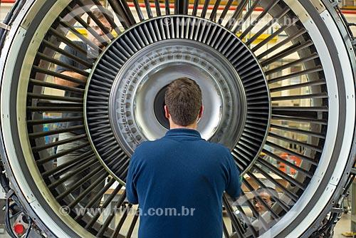 Funcionário da GE Celma - Companhia Eletromecânica Celma - fazendo a manutenção de turbina de avião  - Petrópolis - Rio de Janeiro (RJ) - Brasil