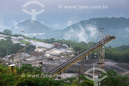 Mineradora com a Rodovia BR-040 ao fundo  - Petrópolis - Rio de Janeiro (RJ) - Brasil