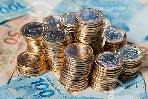 Moeda Brasileira - Real - moedas de 1 real empilhadas sobre cédulas de 50 e 100 reais  - Rio de Janeiro - Rio de Janeiro (RJ) - Brasil