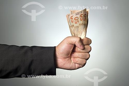 Mão segurando notas de 50 reais  - Rio de Janeiro - Rio de Janeiro (RJ) - Brasil